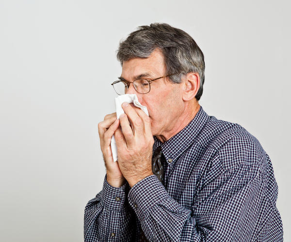 How are the common cold and allergies distinguished from each other?