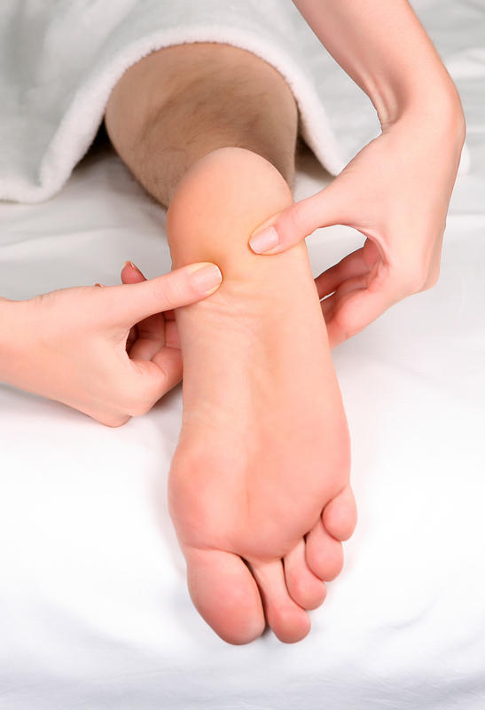 After relaxing for an hour after work, my heels hurt and my achiles tendon feels tight when I start moving. What should I do?