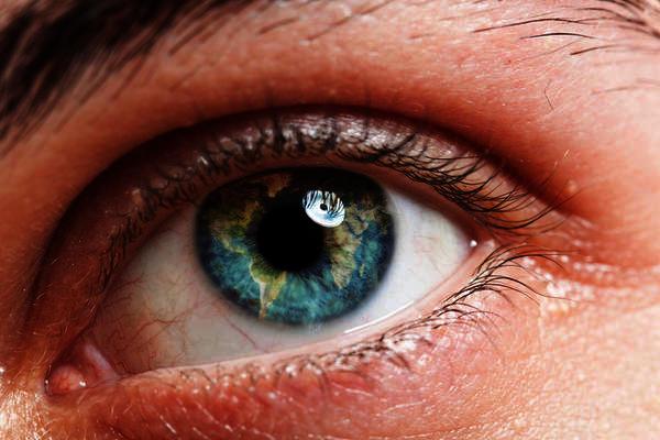 Is light sensitivity a typical symptom of bipolar disorder?