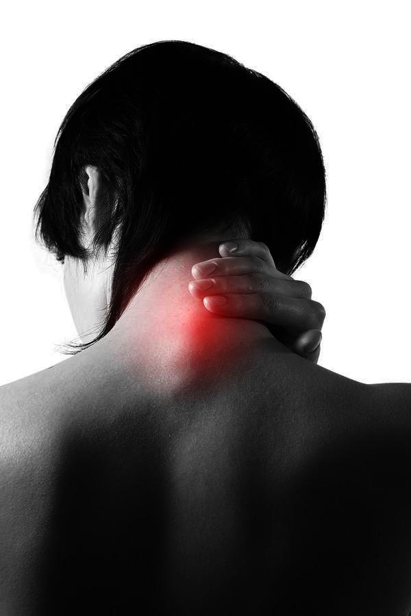 What could be the reason why the left side of my neck and shoulder hurt when I eat?