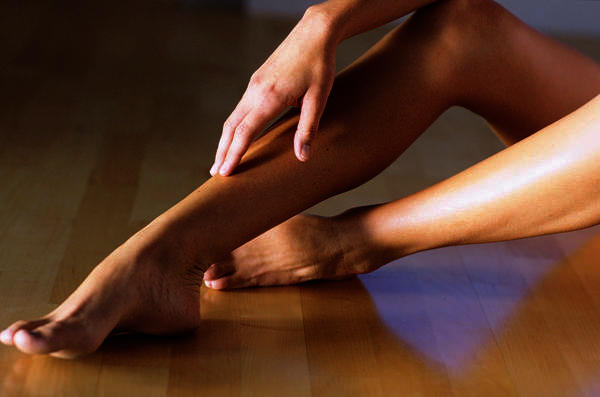 What can mean a continuous pain in the legs with a sensation of swelling in them?