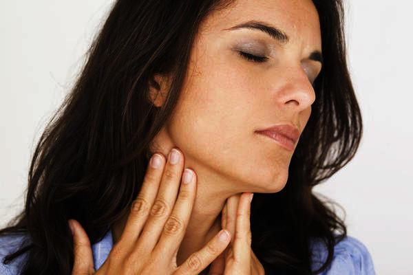 Can inhaling powdered bleach cause sore throat?