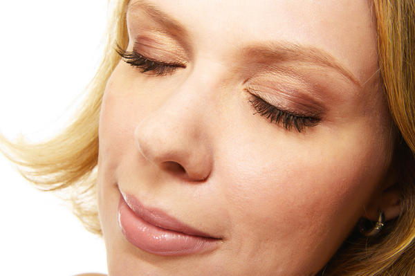 How can I treat rash on eyelid?
