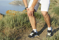 What are common causes of knee pain?