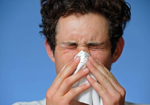 What is the difference between the symptoms of allergies and common cold?