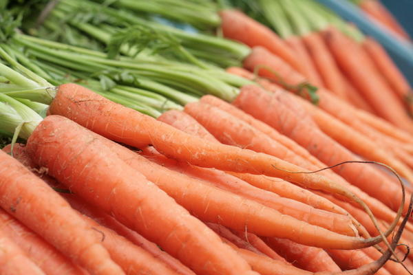 How much vitamin A is in 100 grams of carrots?