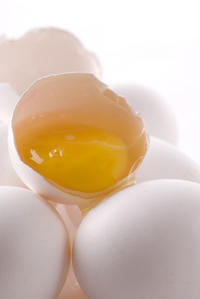 Why do I get acute stomach pain after eating eggs?