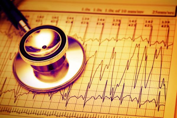 Can alcohol withdrawal cause both my heart rate to increase and shortness of breath when I eat?