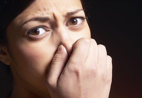 What are the signs of halitosis?