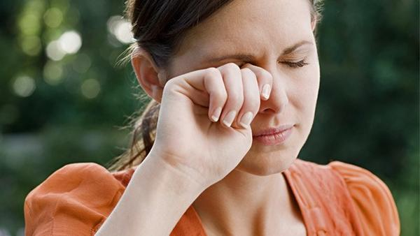 Besides eyedrops, what are the best ways to relieve itchy eyes?