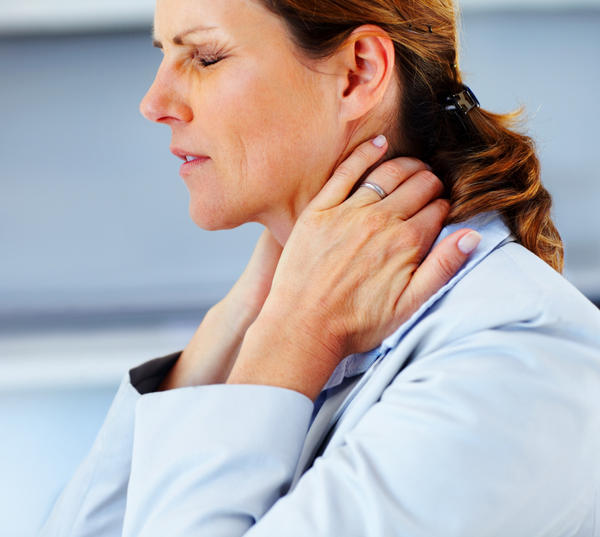 What causes lower neck pain when swallowing?