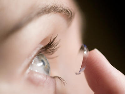 How do you tell which side of the contact lens to put on?
