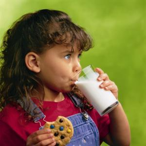 My 1yr old started on whole milk and she loved it, and per day she has more than 21oz, I've read that too much whole milk can cause anemia, is this true?