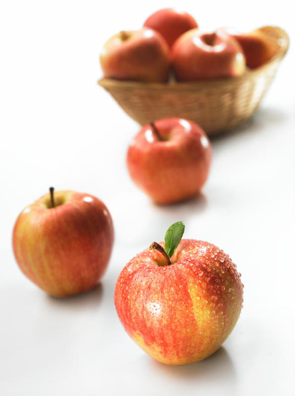 What are apple allergy symptoms?