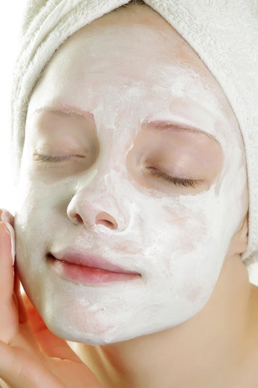What are the effects of using a icy gel moisturiser containing methyl paraben for the face?
