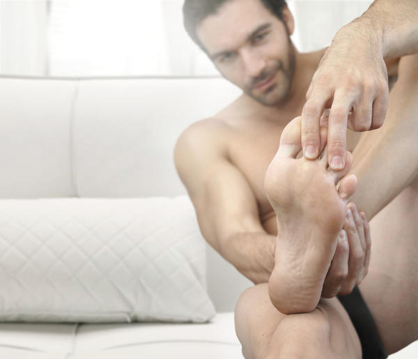 What are symptoms of tarsal tunnel syndrome?