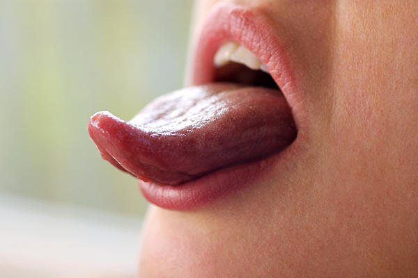 How is oral thrush transmitted?
