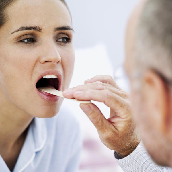 How to tell the difference between leukoplakia and oral candidiasis by inspection?