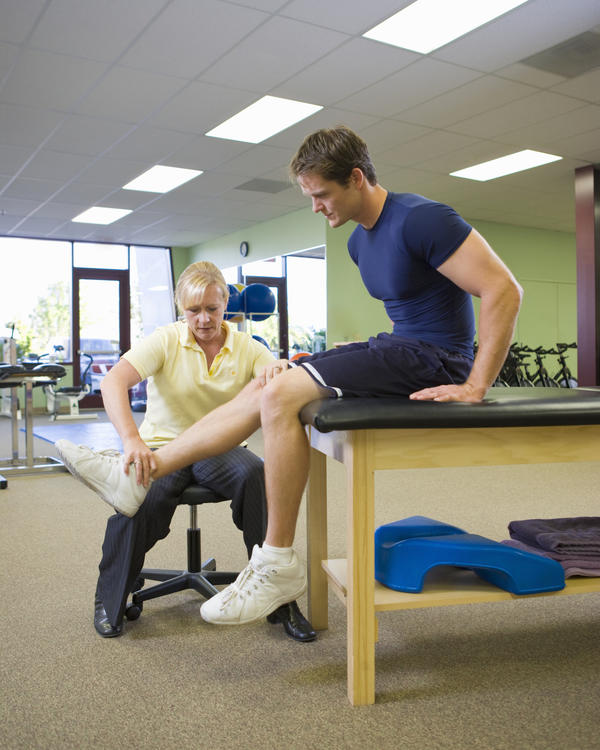 Is it better to see a sports doctor or physiotherapist for knee pain?