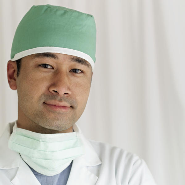 What is the difference between neurosurgeons and orthopedic spine surgeons?