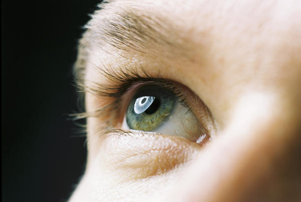 What are the most common symptoms of pterygium?