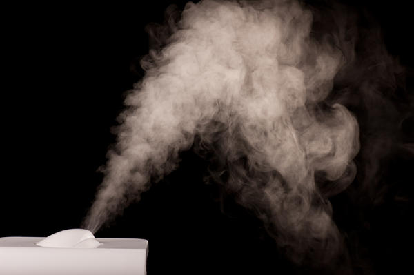 Why is it recommended to use a humidifier while treating a sore throat?
