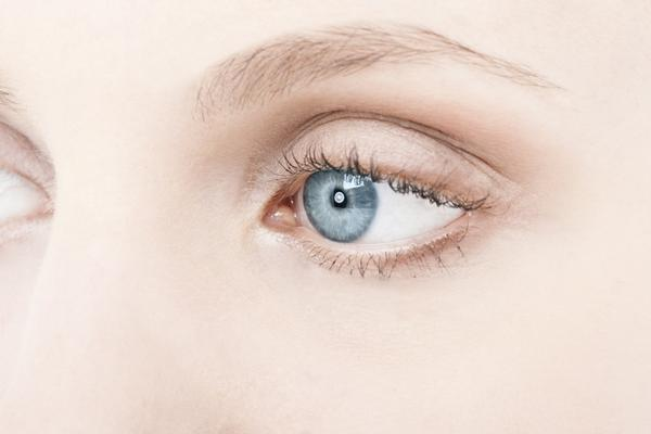 Can dry eyes cause eyelids to droop, like is it a symptom?