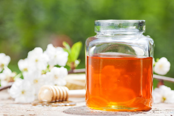 Can liquid honey be used to treat skin ulcers on the leg?