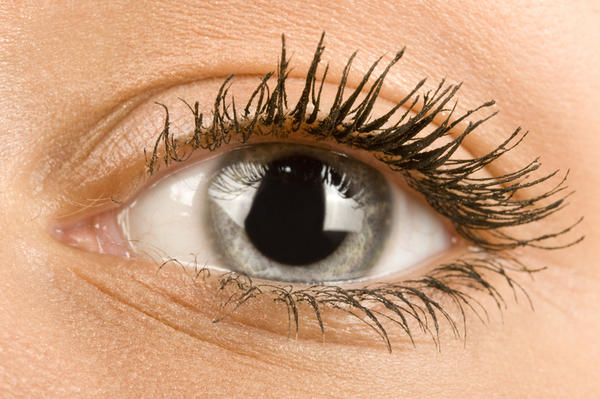 Can you tell me the difference between the symptoms of pink eye and those of eye allergies?