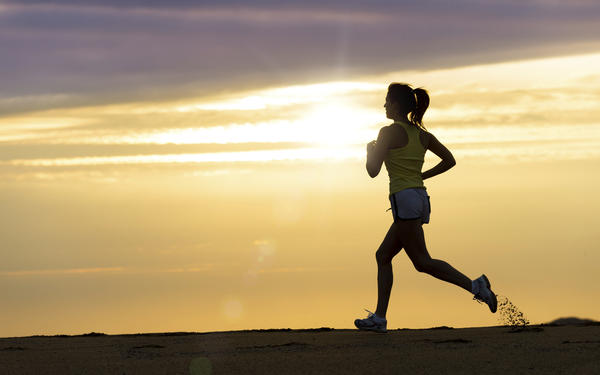 What characteristics of running shoes are important for preventing injury?