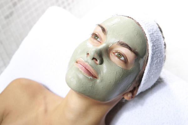 How does salicylic acid prevent acne breakouts?