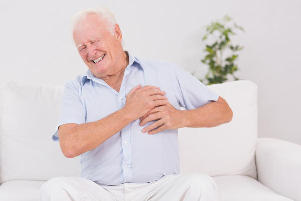 What are hiatal hernia symptoms ? Is chest pain possible