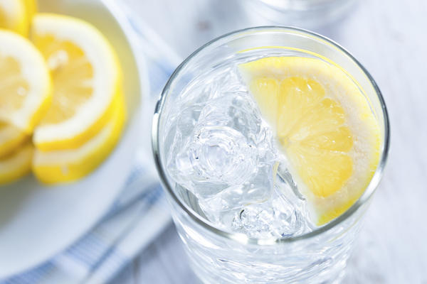 Can inability to drink water during the first trimester of pregnancy cause oligohydramnios?