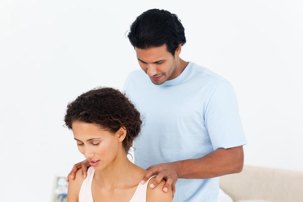 What is the difference between the neck pain in meningitis and a simple muscle strain?