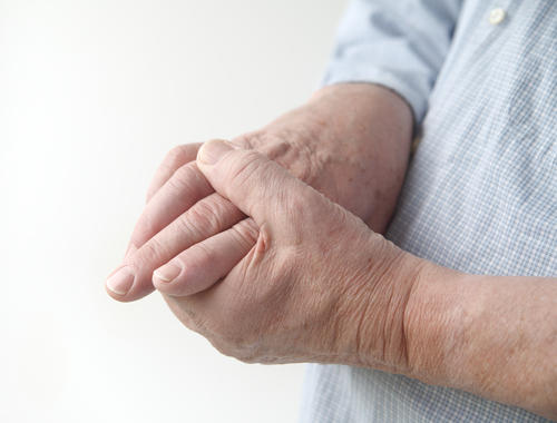 What are hand symptoms of carpal tunnel syndrome?
