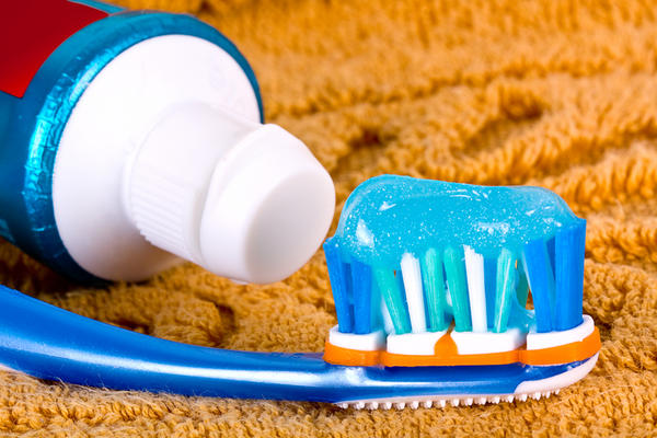 What is the benefit of 'saccharin sodium' in toothpaste?