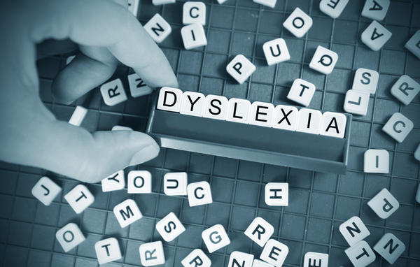 What are common symptoms of dyslexia in adults?