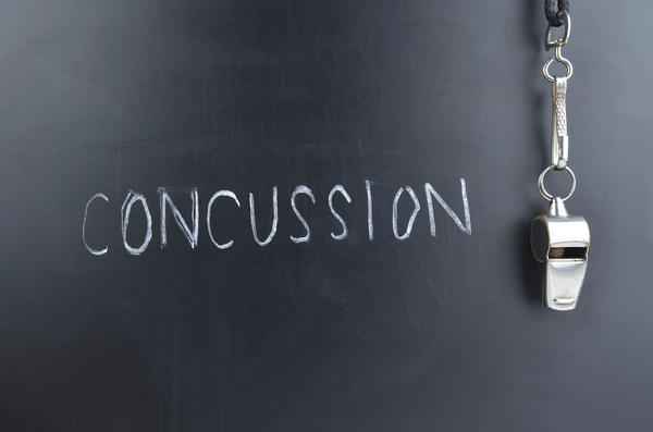Can concussion symptoms manifest several days after the initial head injury? Nothing happened initially, but now have severe headache/insomnia/vomitin