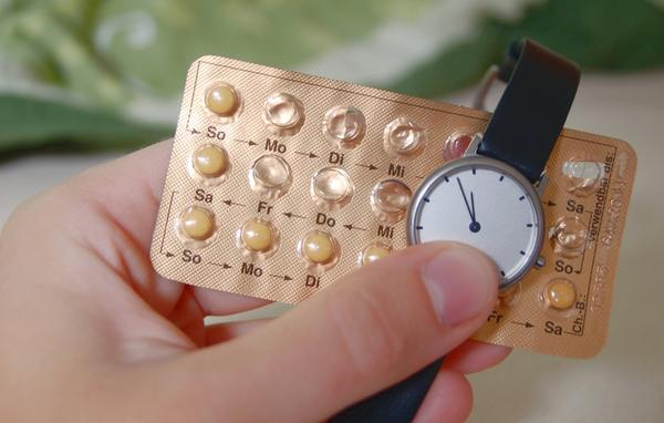 Is it safe to take the antibiotic nitrofurantoin (macrodantin) and birth control together?