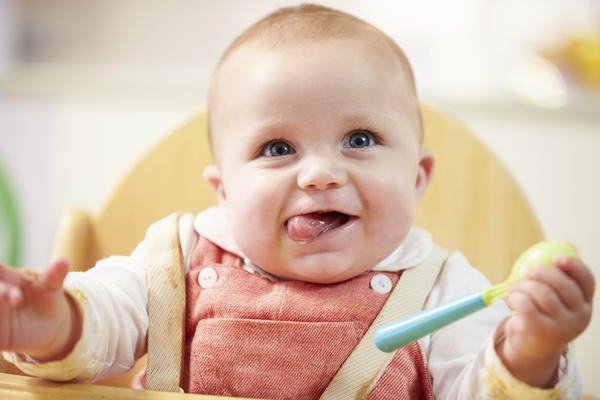 Should a 14 months old baby brush his teeth?