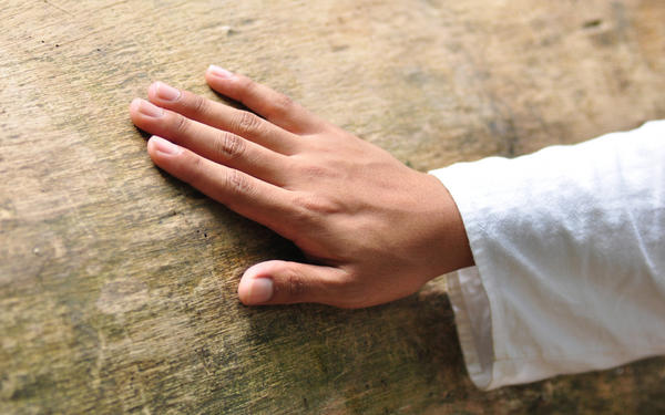 What causes abnormally small hands?