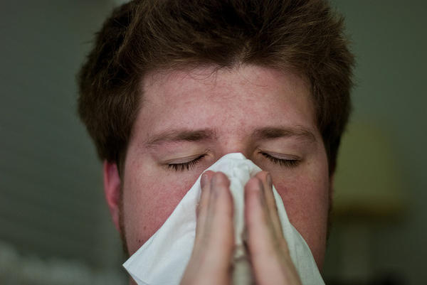 What are the causes of the symptoms of a common cold?