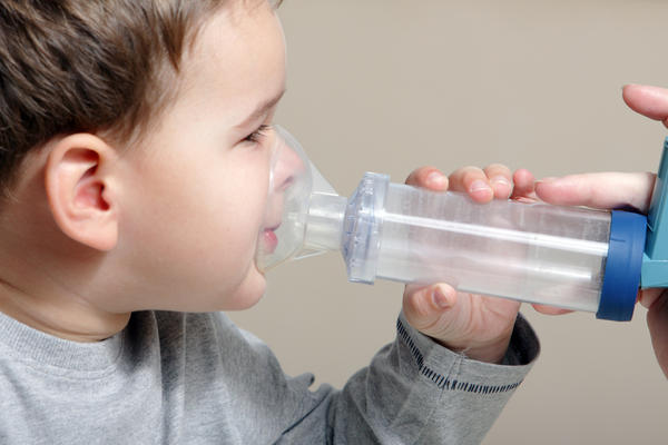 How can you tell the difference between cystic fibrosis and asthma symptoms in a toddler?