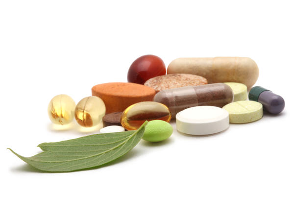 What vitamins help maintain the skin's integrity?