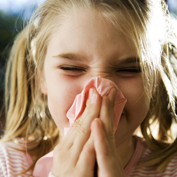 How long does eye redness associated with common cold last?