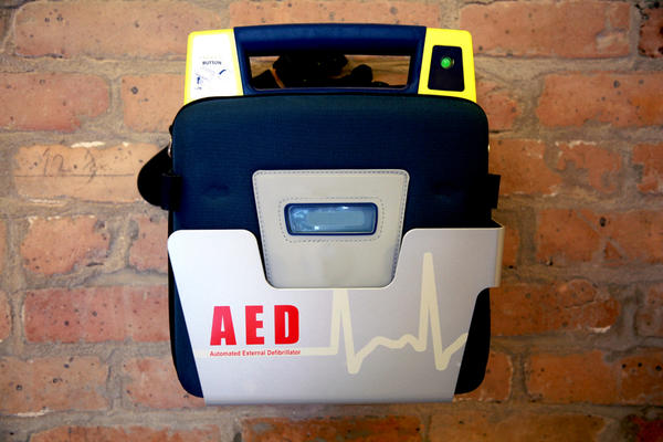 How should you perform aed/defibrillation on someone with steel/aluminum surgical plates?